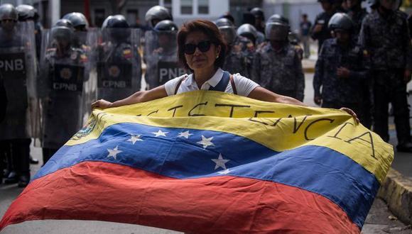 Una mujer ondea una bandera venezolana durante una marcha estudiantil en Caracas (Venezuela). Miguel Gutiérrez EFE