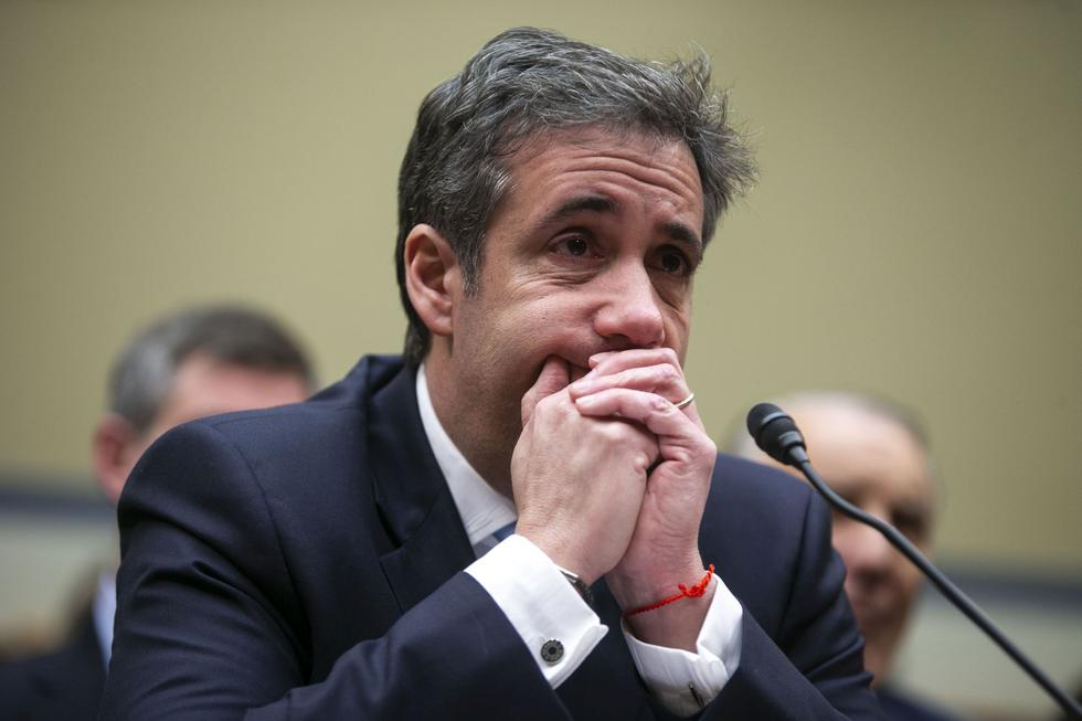 FOTO 1   El exabogado del presidente Trump, Michael Cohen, escucha las declaraciones de cierre durante una audiencia del Comité de Supervisión de la Cámara de Representantes en Washington. Cohen trajo documentos a la audiencia para respaldar su caso y demostrar que su exjefe es un estafador y un tramposo. (Foto: Bloomberg)