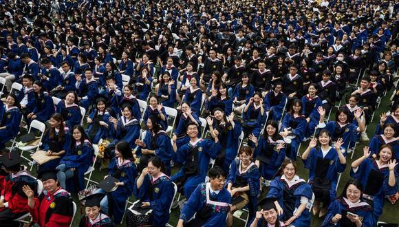 En la ceremonia se incluyó a más de 2.000 estudiantes que no pudieron asistir a la ceremonia del año pasado tras el brote de COVID-19, en la Universidad Normal de China Central en Wuhan. (Foto de STR / AFP).