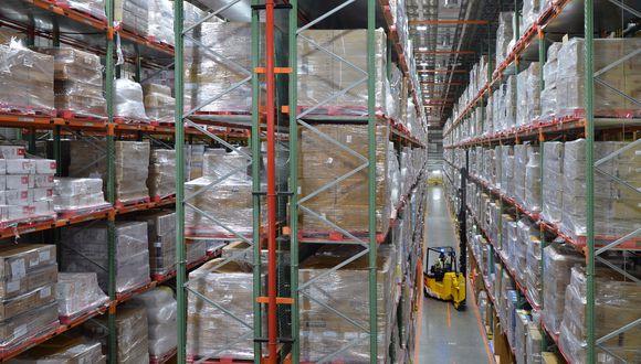 La decisión llega en un momento en que Amazon ha cobrado una mayor importancia en la entrega de productos. (Photo by MANJUNATH KIRAN / AFP)