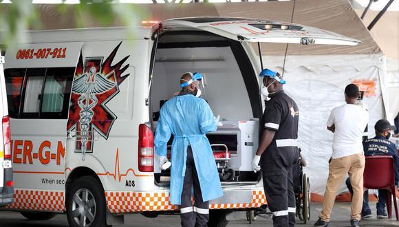 Trabajadores de la salud charlan cerca de una ambulancia en el estacionamiento del Hospital Académico Steve Biko, en medio de un encierro por la enfermedad del coronavirus en todo el país (COVID-19), en Pretoria, Sudáfrica. (REUTERS / Siphiwe Sibeko).