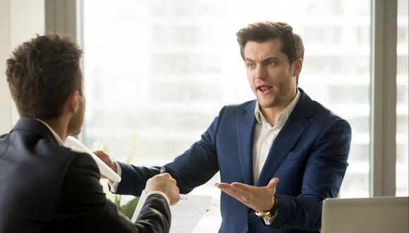 Debes poner en práctica todas tus habilidades de comunicación, comprender la situación e implementar estrategias para lidiar con clientes difíciles a fin de evitar que abandonen tu empresa (Foto: Getty Images)