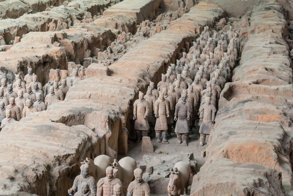 Se descubrió en 1974, cuando unos agricultores decidieron cavar un pozo en su granja de la aldea de Yang y dieron con un soldado de terracota de tamaño natural. Rápidamente las autoridades chinas enviaron arqueólogos para excavar la zona y se acabaron encontrando unos 8.000 guerreros que habían sido enterrados junto a Qin Shihuangdi, el primer emperador de China, en torno al 210 antes de Cristo. (Foto: Getty Images).