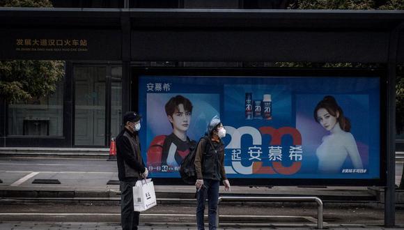 Los supermercados de la azotada capital provincial de Wuhan reabrieron al público bajo estrictas medidas de prevención.