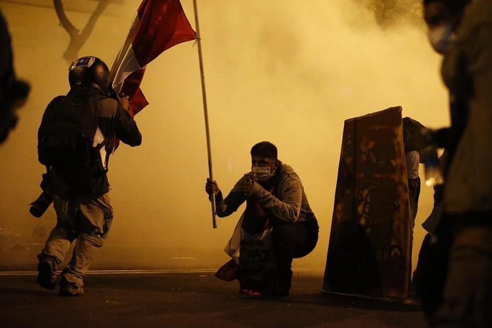 Manifestantes y agentes de la Policía Nacional del Perú (PNP) se enfrentaron en las calles del Centro Histórico durante la Segunda Marcha Nacional en contra de la vacancia a Martín Vizcarra y el régimen de Manuel Merino.