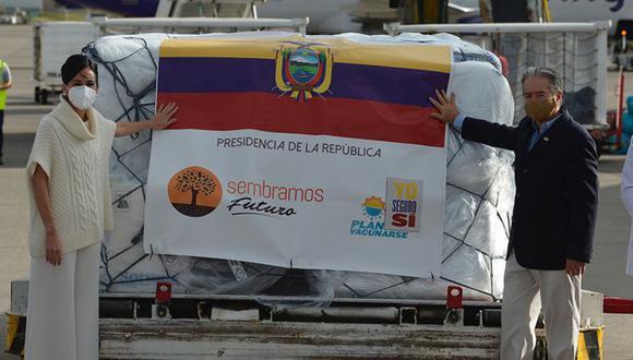 El ministro de Salud de Ecuador, Juan Carlos Zevallos, y la vicepresidenta ecuatoriana, María Alejandra Muñoz, posan junto a un contenedor con las primeras 8000 dosis de la vacuna Pfizer/BioNTech a su llegada al aeropuerto de Quito, el 21 de enero pasado. (Foto: AFP)