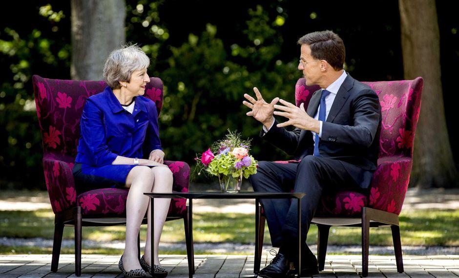 (HOLANDA), .- El primer ministro holandés, Mark Rutte (d), se reunió en julio con su homóloga británica, Theresa May. (Foto: EFE).