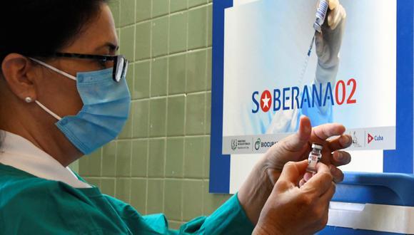 Soberana, que según las autoridades sanitarias de Cuba tiene un 91.2% de eficacia frente a casos sintomáticos, es parte de un esquema de vacunación que combina dos dosis de Soberana 02 y una tercera con Soberana Plus. (Photo by Joaquin Hernandez / AFP)
