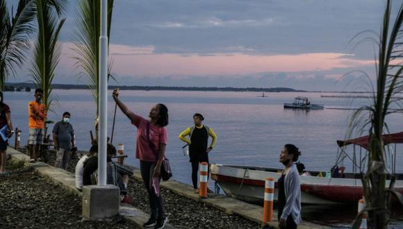 Turistas locales esperan un bote que loslleve al Parque Nacional Cien Islas.