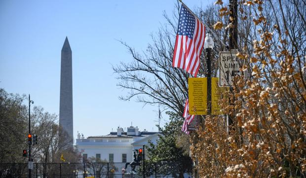 The dream of many citizens of the world is to get permanent residency in the United States through the 2023 visa lottery.  In the picture, American flags are flown at the poles of Black Lives Matter Plaza next to the White House on March 22, 2221 in Washington, DC.  (Photo: Eric Bharat (AFP)