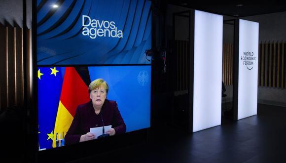 Una pantalla muestra a la canciller alemana Angela Merkel dirigiendo su declaración durante una videoconferencia en la Agenda de Davos, en Cologny cerca de Ginebra, Suiza. (EFE/SALVATORE DI NOLFI).