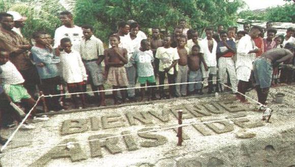 El pueblo haitiano se prepara para recibir al restituido presidente Jean-Bertrand Aristide, quien arribará a su país el 15 de octubre. (foto Reuter).