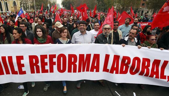 Daniel Jadue encabezando una marcha en Chile. (Bloomberg)