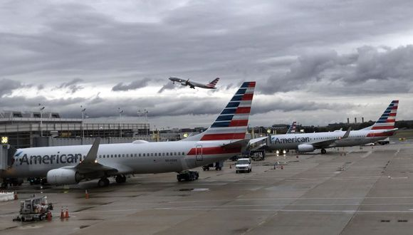 El asunto de limitar la capacidad a bordo de las aeronaves generó nueva urgencia esta semana, luego de que American Airlines se sumara a United Airlines y tratara de que todos los asientos de sus vuelos fueran ocupados. (AFP)