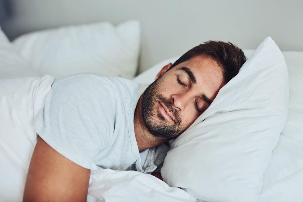 Muchas personas experimentan algún tipo de desorden al dormir. Los emprendedores tienen más noches sin descansar que cualquiera. Priorizar el sueño y proteger ese tiempo es esencial cuando estás luchando contra la ansiedad, fatiga y otros problemas que pueden surgir. La Fundación Nacional del Sueño tiene un buen plan para dormir bien. Crea un horario de sueño consistente y síguelo. No trabajes o veas televisión en la cama, sólo úsala para dormir. Haz que tu cuarto esté lo más oscuro posible y no prendas ningún aparato electrónico. Juega con la temperatura y ten un cuarto fresco. Invierte en un colchón cómodo y ten suficiente tiempo para prepararte antes de dormir. (Foto: iStock)