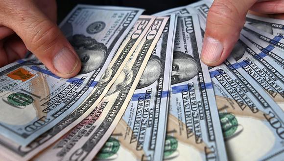En el mercado paralelo o casas de cambio de Lima, el tipo de cambio se cotiza a S/ 3.700 la compra y S/ 3.750 la venta de cada billete verde. (Foto: AFP)
