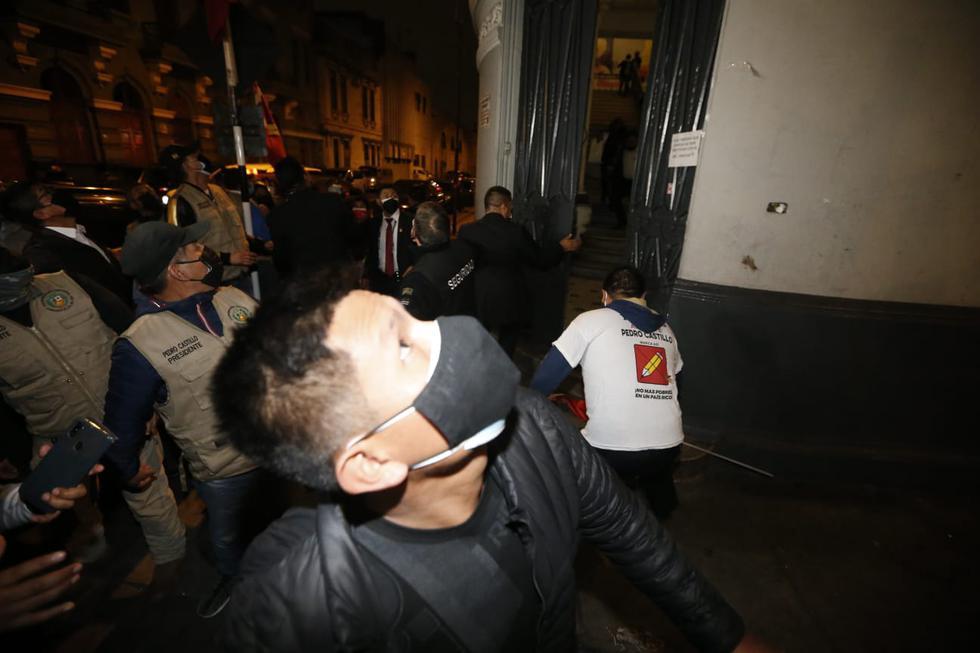 Los simpatizantes de Perú Libre salieron despavoridos del local durante el movimiento telúrico, que no causó daños materiales. (Foto: Jorge Cerdan / @photo.gec)