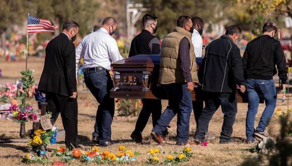 FOTO DE ARCHIVO-Una familia carga un féretro en el cementerio de Nuestra Señora del Monte Carmelo, en medio de una nueva oleada de muertes por la enfermedad del coronavirus (COVID-19) en El Paso, Texas, Estados Unidos. 25 de noviembre de 2020. REUTERS/Iván Pierre Aguirre