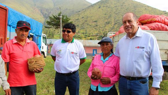 Viceministro de Agricultura, Juan José Rissi, (a la derecha de la foto) entregó primeros cheques a productores de papa y verificó cumplimiento del Decreto de Urgencia 002-2018 en Huánuco. (Foto: Difusión)