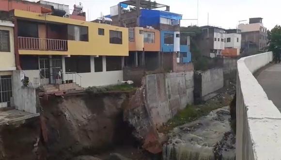 Arequipa: torrentera ocasiona derrumbe de muro y pone en riesgo de colapso a viviendas (Foto: Captura de pantalla EPA Noticias)