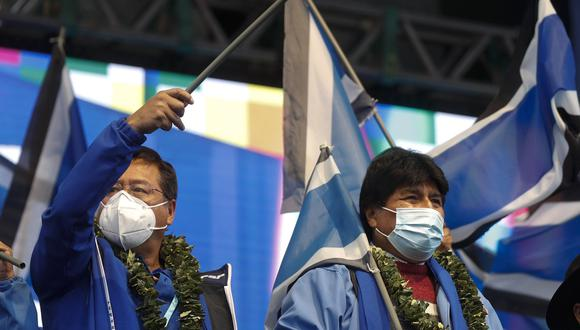 """El presidente de Bolivia, Luis Arce, a la izquierda, y el expresidente Evo Morales. """"Creo que hemos perdido en los cuatro departamentos (provincias). Eso vamos a evaluar profundamente"""", dijo Evo Morales a sus seguidores la víspera. (Foto AP/Juan Karita)"""