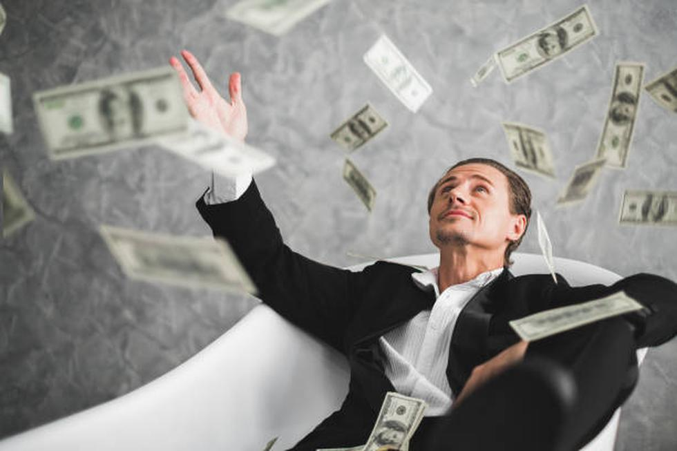 Ricos: Saben que mucha gente trabaja duro y ganan buen dinero, pero terminan siendo pobres. Por eso se enfocan en invertir en una segunda fuente de ingresos, para no depender 100% del salario.  Pobres: No piensan en inversiones. Gastan su cheque de pago antes de que termine el mes. Por eso, si los despiden del trabajo pasarán muchas necesidades hasta conseguir un nuevo empleo. (Foto: iStock)
