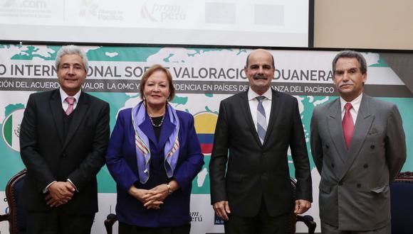 Roberto de La Tore, vicepresidente del Gremio de Comercio Exterior-XCOM; Yolanda Torriani, presidenta de la CCL; Rafael García, Superintendente Nacional Adjunto de Aduanas y Juan Antonio Morales, presidente de X-COM de la CCL. (Foto: CCL)