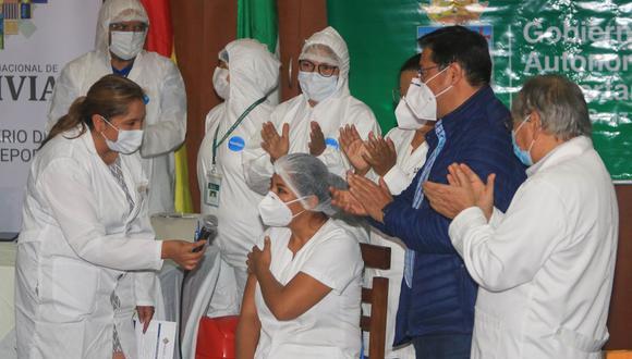 El presidente de Bolivia, Luis Arce (2d), atestigua la primera vacunación contra el COVID-19 del país a la enfermera Sandra Ríos (centro), tras la llegada de las primeras 20.000 dosis de la rusa Sputnik V, en el Hospital Japonés de Santa Cruz (Bolivia).  (EFE/ Juan Carlos Torrejon).