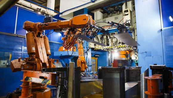 Los robots a menudo están conectados a redes y funcionan a través de un software, según el informe, y las vulnerabilidades previamente desconocidas podrían permitir a hackers ocultar códigos maliciosos en ellos y otras máquinas de fabricación programables y automatizadas. (Bloomberg)