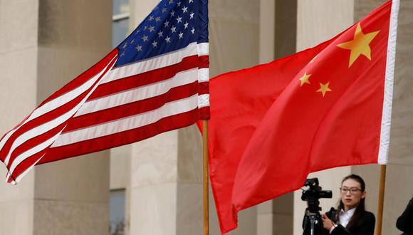 FOTO DE ARCHIVO: Las banderas de Estados Unidos y China en el edificio del Pentágono en Arlington, estado de Virginia, EEUU, el 9 de noviembre de 2018. REUTERS/Yuri Gripas