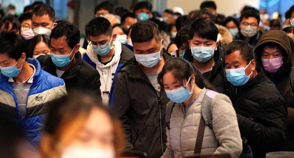 Los pasajeros con máscaras faciales llegan a una estación de ferrocarril en Wuhan este sábado 28 de marzo de 2020. (Reuters).