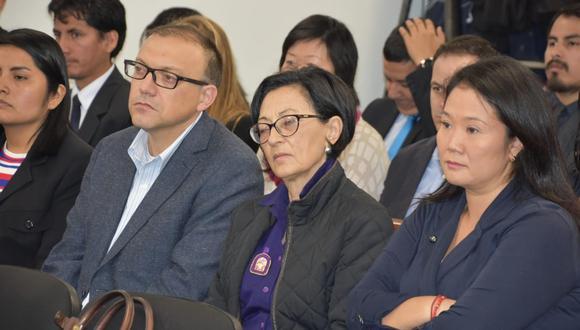 Keiko Fujimori está en la audiencia al lado de sus asesores Pier Figari y Ana Herz. (Foto: Poder Judicial)