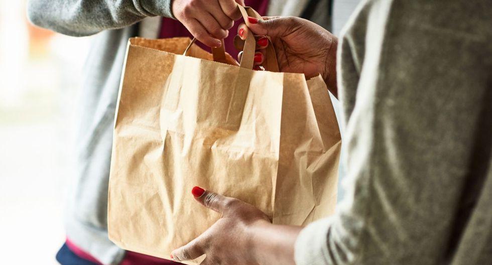FOTO 6 | Coger el pedido directamente de la mano No cojas tu comida o paquete directamente de la mano del repartidor. Si no has indicado cómo realizar la entrega en el momento del pedido, pídele que deje el producto en la puerta de tu casa o en el ascensor para no poner en riesgo a ninguno de los dos. (Foto: Getty Images).