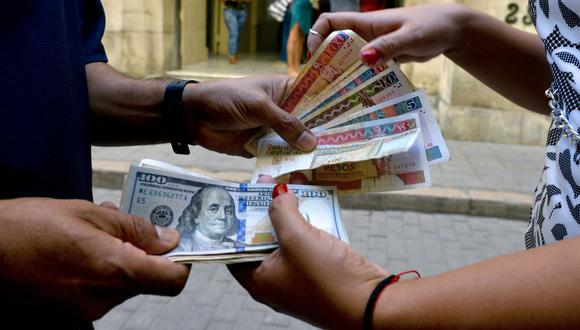 El Banco Central Cubano anunció el jueves que a partir del próximo 21 de junio suspenderá temporalmente los depósitos en efectivo de dólares estadounidenses. (Foto: YAMIL LAGE / AFP)