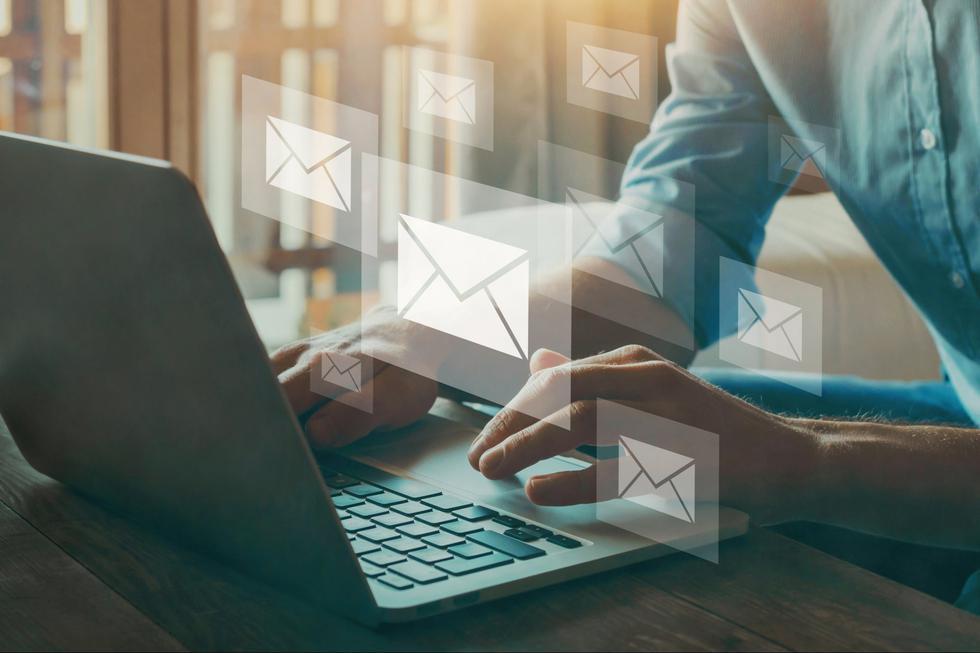"""Cuando el correo electrónico era nuevo, fue un momento emocionante cuando escuchaste """"Tienes correo"""". En estos días, el correo electrónico es tan común que todas las edades, ocupaciones y datos demográficos lo utilizan. De hecho, para el año 2024, los investigadores estiman que 4,400 millones de personas lo utilizarán. Sin embargo, el hecho de que todo el mundo tenga una dirección de email no la hace menos significativa o valiosa. De hecho, lo contrario es cierto. (Foto: iStock)"""