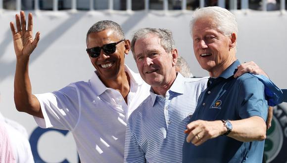 Los ex presidentes estadounidenses Barack Obama, George W. Bush y Bill Clinton asisten a una presentación en New Jersey. (Rob Carr/Getty Images/AFP).