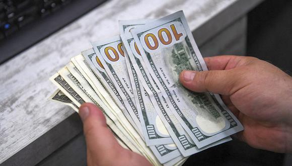En el mercado paralelo o casas de cambio de Lima, el tipo de cambio se cotizaba a S/ 3.755 la compra y S/ 3.800 la venta. (Foto: AFP)