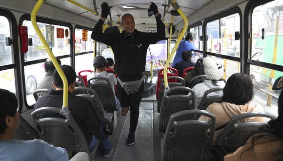 Migrante venezolano Freddy Brito cantando en un bus en Lima. (AP Photo/Martin Mejia)