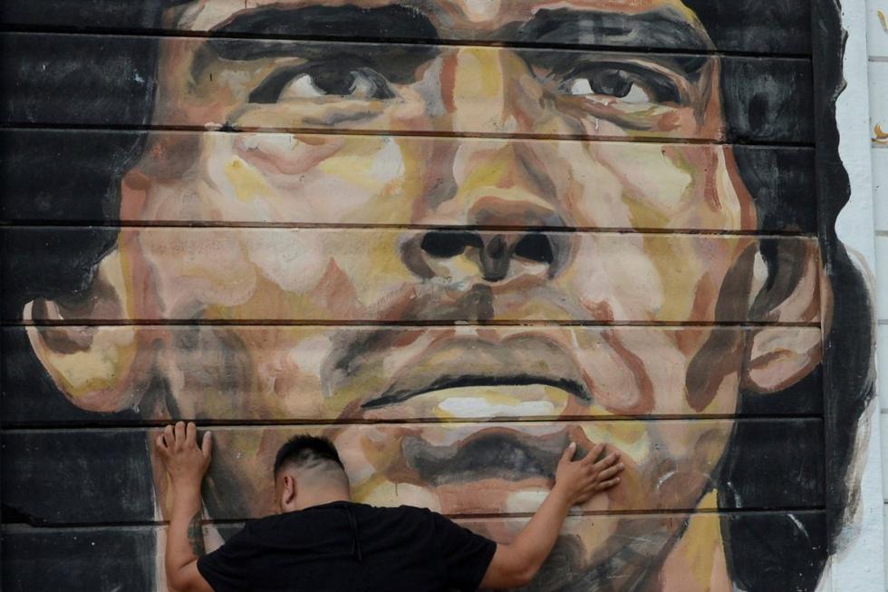 Un hombre llora la muerte de Diego Maradona. Imagen en los exteriores del estadio de Argentinos Juniors en Buenos Aires (Argentina). (REUTERS/Magali Druscovich).