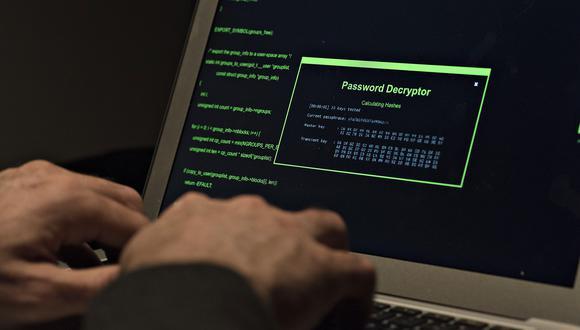 Imagen referencial. Un hombre tipea en su computadora. Bloomberg