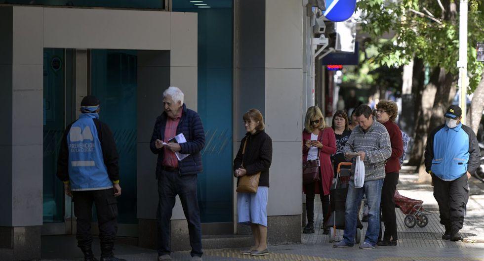 Los jubilados, el sector más vulnerable y con recomendación de quedarse en sus casas, son también los más reacios a manejarse con tarjetas de débito y es muy habitual que prefieran cobrar en efectivo y por ventanilla. (JUAN MABROMATA / AFP).