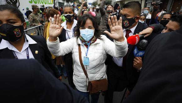 Dina Boluarte recibió insultos y agresiones verbales a su salida del local de votación. (Foto: César Bueno @photo.gec)