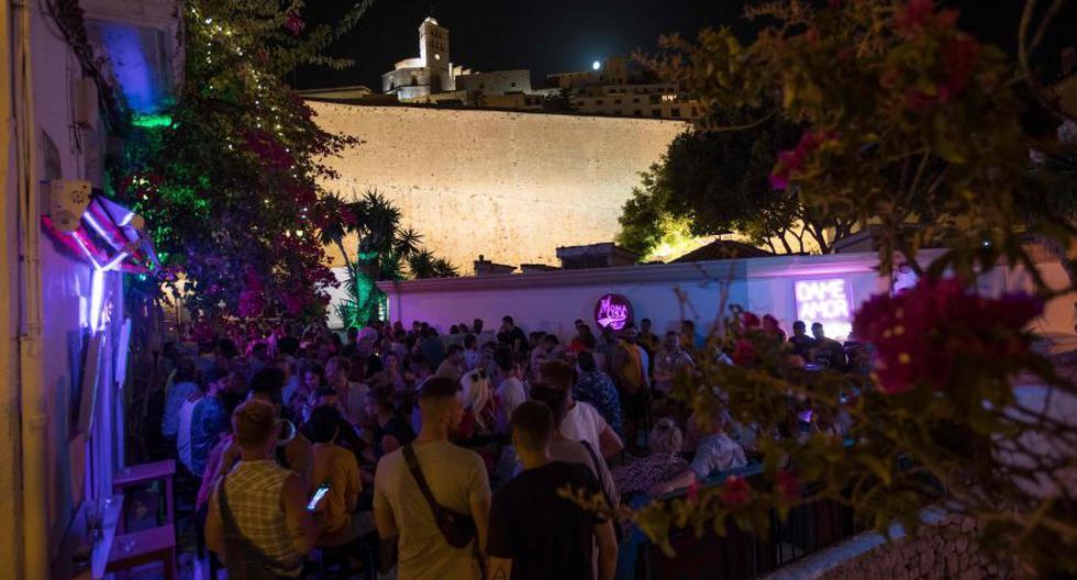 Varias personas pasean por una zona de discotecas y pubs de Magaluf, en Mallorca, España, país que registra un fuerte rebrote de coronavirus. (Foto: referencial / AP)