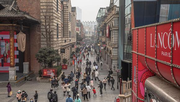 La gente camina en un centro comercial el día del primer aniversario del cierre de Wuhan, China, el 23 de enero de 2021. (EFE/EPA/ROMAN PILIPEY).