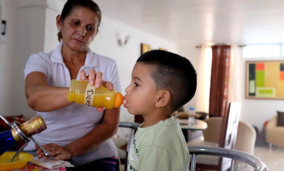 Niños se quedan en Venezuela con sus abuelas mientras los padres huyen del país para buscar trabajo. (Foto: Reuters).