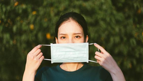 Las profesionales consideran que es preferible el uso de mascarillas quirúrgicas desechables o de tela para que la piel respire mejor. (Foto: Shutterstock)