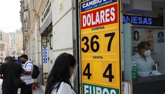 En el mercado paralelo o casas de cambio de Lima, el tipo de cambio se cotizaba a S/ 3.660 la compra y S/ 3.700 la venta.. (Foto: Juan Ponce / GEC)