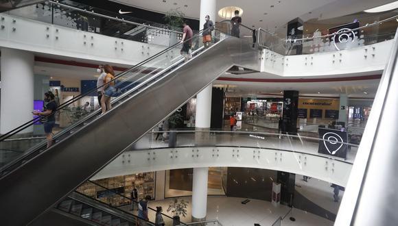 Los centros comerciales operan con aforos reducidos al 20%. (Foto: Cesar Campos / GEC).