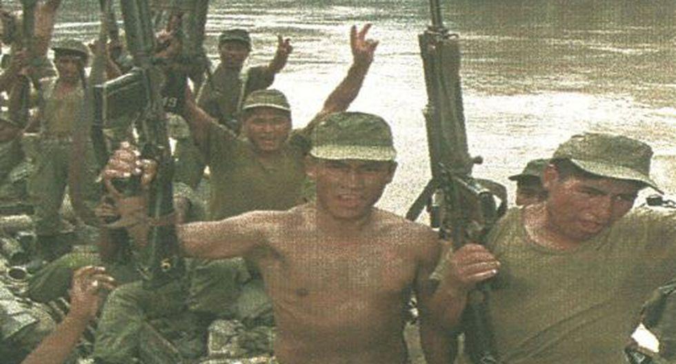 Soldados peruanos apuntan sus armas hacia el aire mientras se encuentran cerca de la base militar Ciro Alegría. El Perú ha reforzado los puestos fronterizos con cerca de 3,500 efectivos.