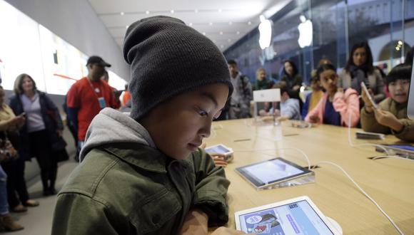 Un niño aprende a crear un código usando un iPad en un taller para jóvenes en la tienda Apple, el miércoles 11 de diciembre de 2013. (AP/Marcio Jose Sanchez).